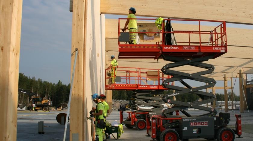 Hantverkare bygger stomme av KL-trä till datahall i Falun