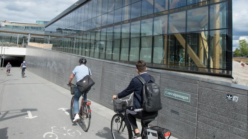 Cyklister utanför det nya cykelparkeringshuset i Uppsala