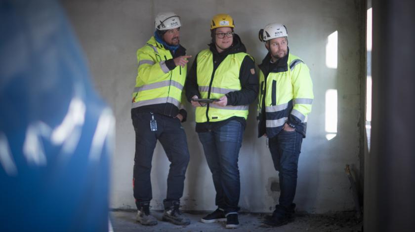 Tjänstemän från ByggPartner på ett bygge, byggare