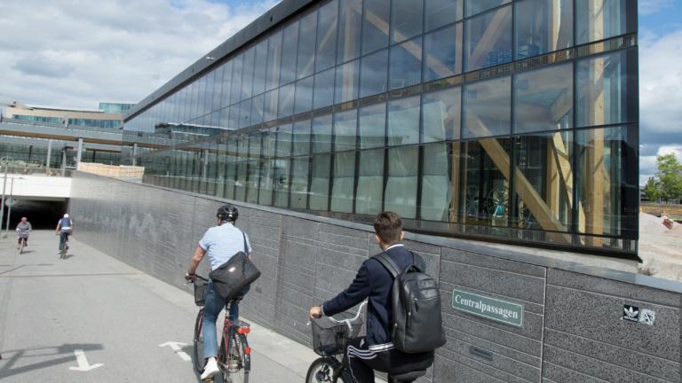 Cykelparkeringshuset Uppsala träbyggnad cykelgarage
