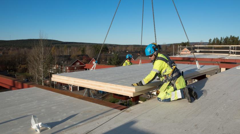 Montering av massivträmoduler till äldreboendet Slottet i Falun. Ett partneringprojekt mellan Falu kommun och ByggPartner.